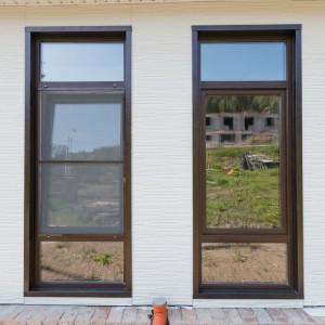 Окна с москитными сетками в цвет ламинации