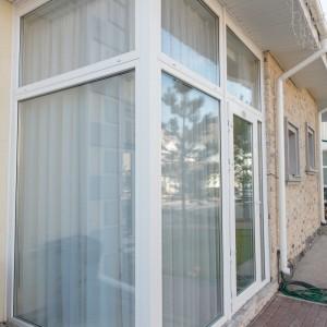 Панорамные окна белого цвета