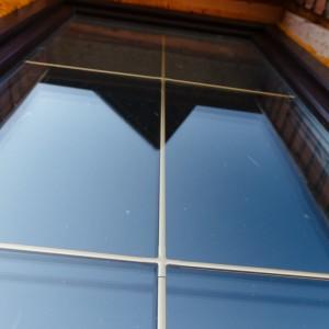 Золотые шпроссы на ламинированном окне