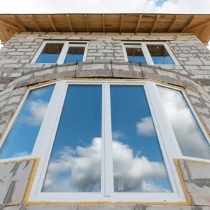 Эркерные окна в строящемся дачном доме